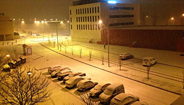 Imagen de Mutilva con los coches cubiertos por la nieve