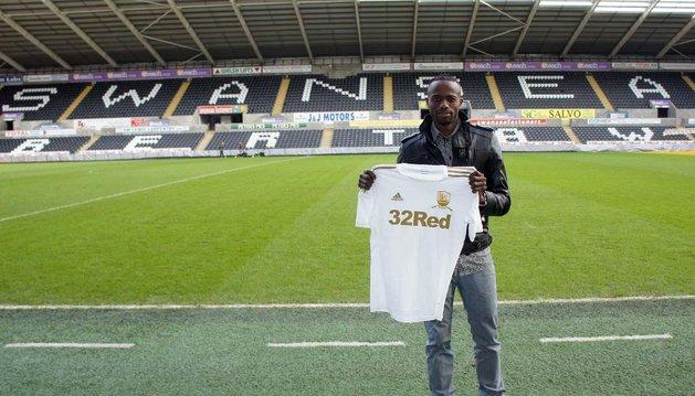 Roland Lamah posa con la camiseta del Swansea. Llevará el número 14