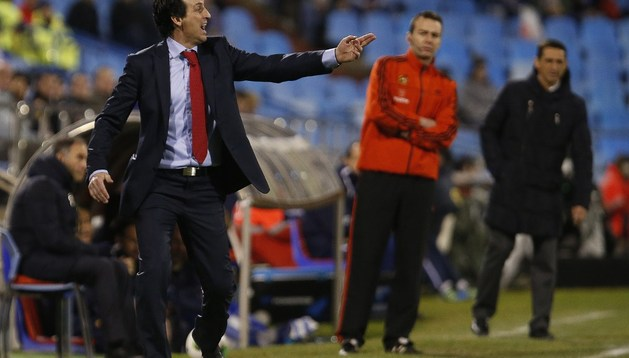 Unai Emery debutó en el banquillo del Sevilla. Al fondo se ve a Manolo Jiménez, entrenador del Zaragoza