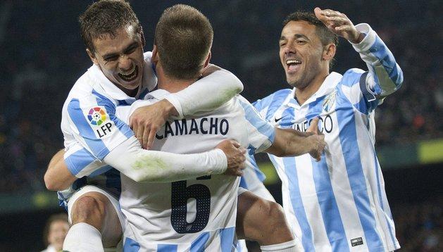 El centrocampista del Málaga, Ignacio Camacho (2i), celebra el segundo gol del equipo malacitano con sus compañeros, el portugués Eliseu (i) y el brasileño, Weligton