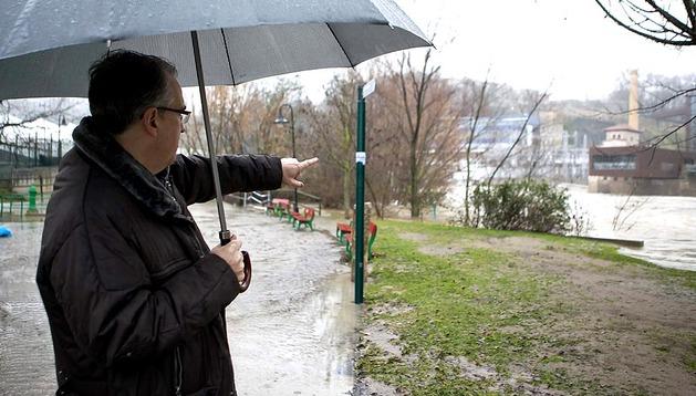 El alcalde de Pamplona, Enrique Maya, señala los trabajos de limpieza en el cauce del río Arga