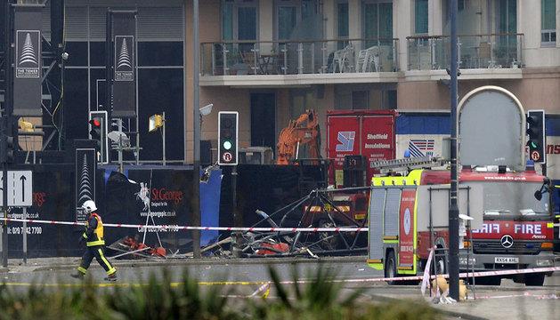 Bomberos y servicios de emergencia trabajan donde se ha estrellado un helicóptero, en el barrio londinense de Vauxhall.