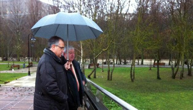 El alcalde de Pamplona, Enrique Maya, visita la Rochapea, donde ha habido fuertes inundaciones