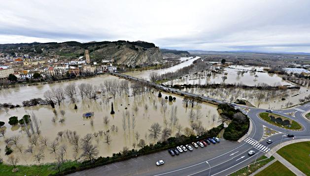 Fotografía aérea del Gobierno de Navarra del desbordamiento del río Arga, a su paso por la localidad navarra de Peralta