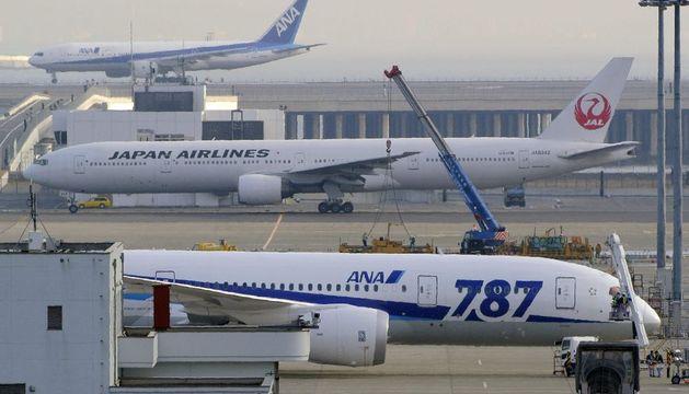 Un avión Boeing 787 Dreamliner operado por la aerolínea All Nippon Airways Co. (ANA) tras aterrizar en el aeropuerto Haneda en Tokio, Japón, este miércoles