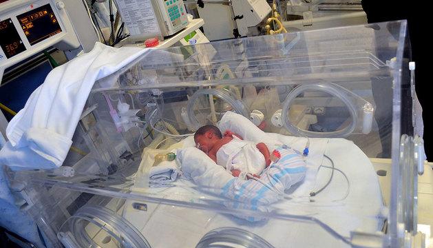 Uno de los sextillizos nacidos en Morelia (México) duerme en la incubadora.