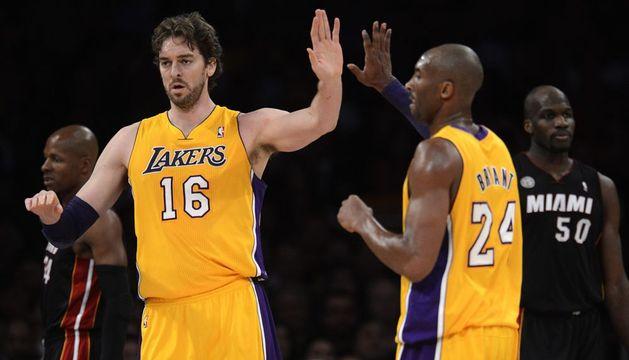 El español Pau Gasol (izda.) de los Lakers es felicitado por Kobe Bryant (dcha.) tras anotar ante los Heat
