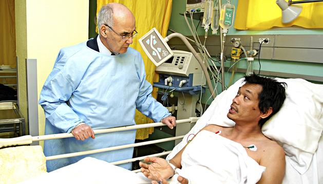 El ministro de Energía de Argelia, Youcef Yousfi (izda.), habla con uno de los rehenes liberados