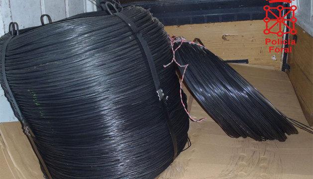 Las dos bobinas de alambre, en la furgoneta.