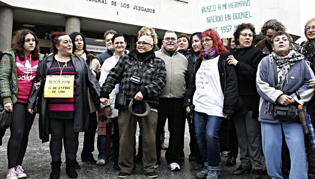 La asociación SOS Bebés Robados durante la concentración convocada a las puertas de los Juzgados de Plaza de Castilla