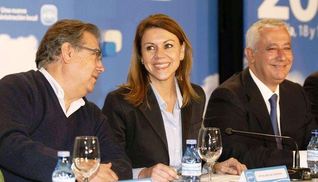 La secretaria general del PP, María Dolores de Cospedal, junto al presidente del PP-A, Juan Ignacio Zoido (i) y vicesecretario de política autonómica y local, Javier Arenas, durante la Intermunicipal del PP