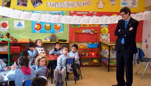 El consejero Iribas visita una de las aulas del colegio Santa Catalina