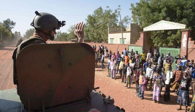 Un soldado francés sobre un tanque en el norte de Bamako (Mali)
