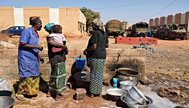 Varias mujeres recogen agua en presencia de las tropas francesas en la base aérea malí de Bamako.