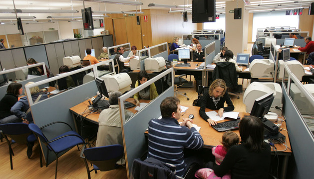 Varios contribuyentes realizan la declaración de la renta en las oficinas de la Hacienda foral