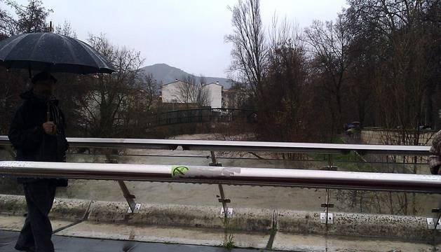 El desbordamiento de algunos ríos ha provocado inundaciones en Pamplona y su comarca y ha cortado varias carreteras.