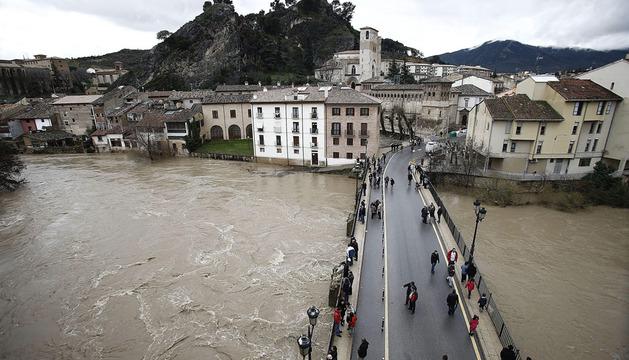 Un grupo de personas observan el rio Ega que a primeras horas de este sábado