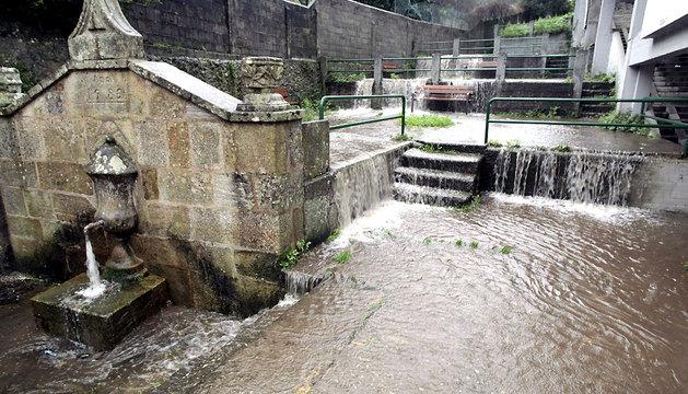 El agua que desciende del monte Breamo, totalmente desbordada en el concello gallego de Pontedeume