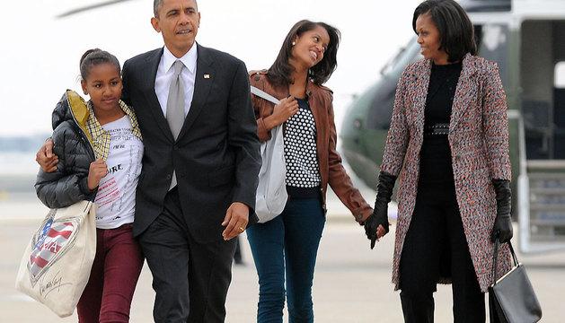 Barack Obama abraza a su hija Sasha mientras Michelle habla con Malia tras descender del helicóptero presidencial, en una imagen de noviembre de 2012