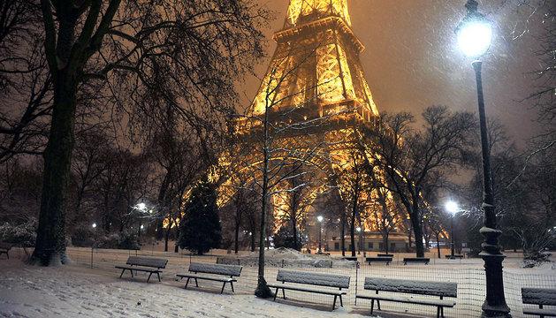 Paisaje parisino cubierto de nieve