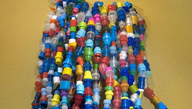 Destinar los tapones de plástico a causas solidarias es un gesto cotidiano en muchos hogares