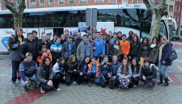 Un grupo de atletas y técnicos navarros antes de salir ayer hacia Zaragoza en el autobús de la federación.