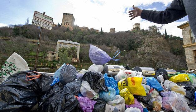 Aspecto que ofrece el paseo de los Tristes en Granada con decenas de bolsas de basura acumuladas.