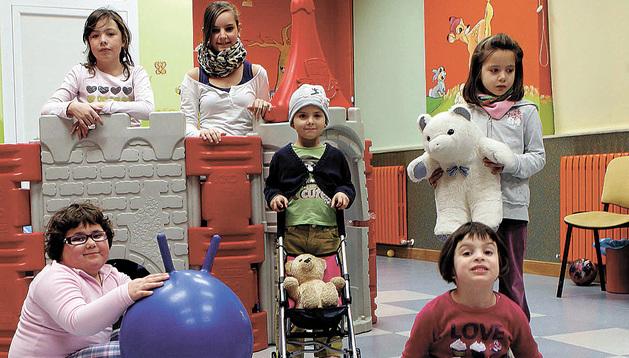 En una sala de actividades, en la sede de ADANO, niños afectados y hermanas.