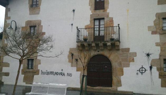 Imagen que presentaba ayer la fachada de la casa de la consejera Lourdes Goicoechea en Olazagutía.