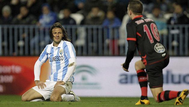 El defensa italo-argentino del Málaga CF, Martín Gaston Demichelis (i), tras perder el balón ante el jugador del Celta, Lago Aspas.