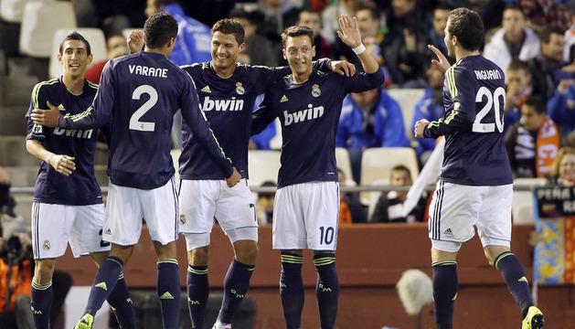 Cristiano Ronaldo (c) celebra con sus compañeros la consecución de uno de sus goles ante el Valencia