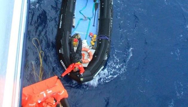Fotografía facilitada por la expedición de la embarcación Orion durante el rescate de Alain Delord