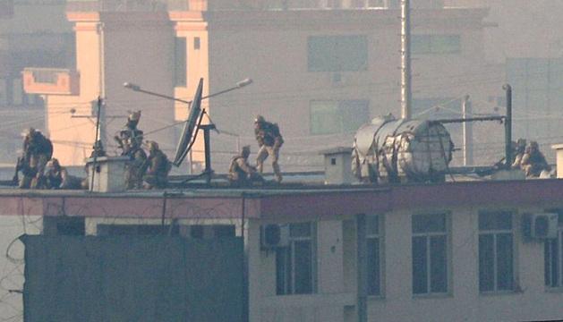 Fuerzas de seguridad en el tejado de un edificio durante el ataque.