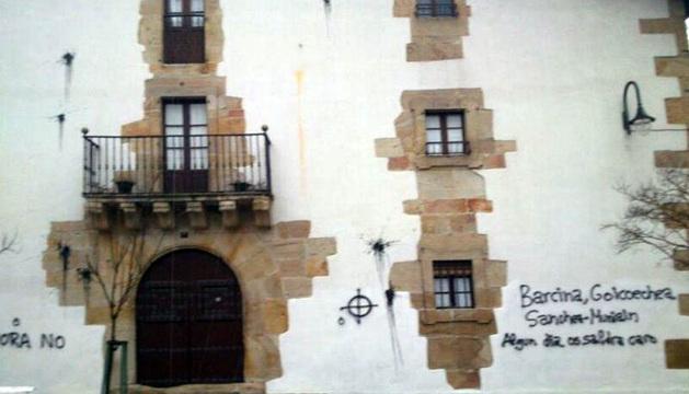 Las pintadas, en la fachada de la vivienda.