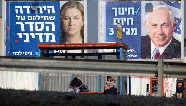 Una valla electoral con la imagen de Netanyahu, favorito en las elecciones.
