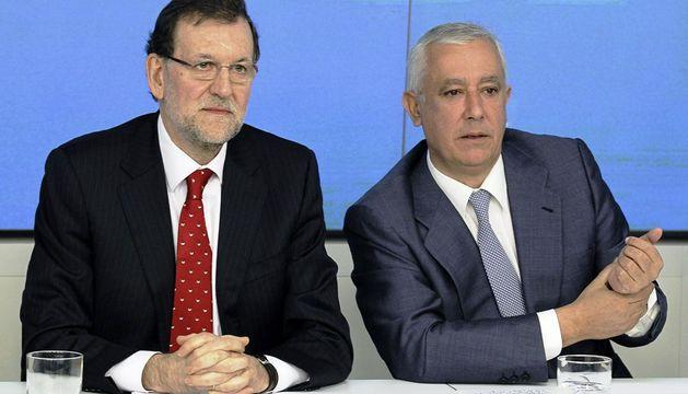 El presidente del PP, Mariano Rajoy, junto al vicesecretario general de Política Autonómica y Local, Javier Arenas, al inicio de la reunión del Comité Ejecutivo Nacional