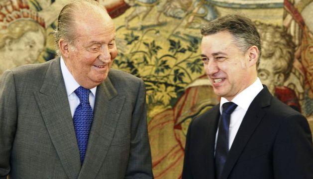 El Rey Juan Carlos y el lehendakari Iñigo Urkullu durante la audiencia concedida en el Palacio de La Zarzuela