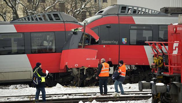 Los dos trenes chocaron frontalmente en un distrito del extrarradio de Viena.