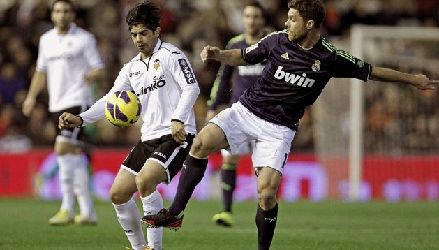 Ever Banega y Xabi Alonso, durante el último Valencia-Real Madrid de liga