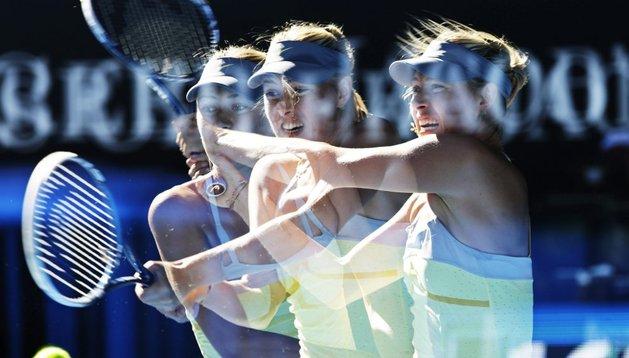 Imagen de larga exposición que muestra a la tenista rusa Maria Sharapova golpeando la bola ante su compatriota Ekaterina Makarova durante su encuentro de los cuartos de final del Abierto de Australia, celebrado en Melbourne