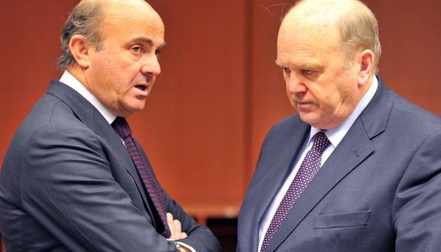 Luis de Guindos (i) conversa con el ministro de Economía irlandés, Michael Noon, en la reunión del Eurogrupo
