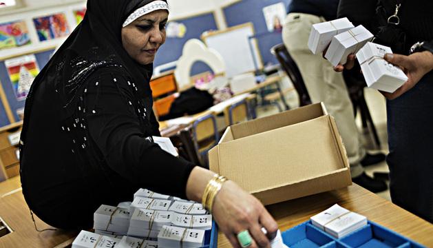 Una mujer prepara las papeletas en uno de los colegios electorales.