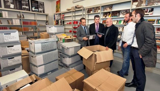 El vicepresidente Sánchez de Muniáin, Javier Hoyos, Koldo Lasa, Alberto Cañada y Mikel Gabilondo, ante las cajas de materiales cedidos