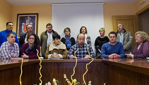 Sentados, desde la izquierda, Iosu Okáriz Ormaetxea; Ioana Tobes Zabaleta; Esperanza Gastea (alcaldesa); Jesús Artiz Segura; Iñaki Agirre Pérez y María Asunción Legarda Idoate. Detrás, otros miembros de la candidatura Irache