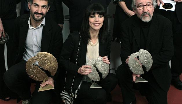 El productor Ibón Cormenzana (i) y los actores Maribel Verdú y José Sacristán