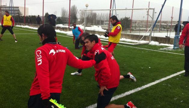 El jugador chileno estira junto a sus compañeros