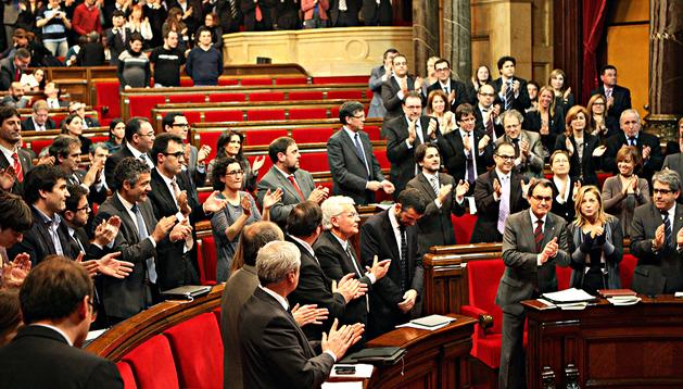 Artur Mas (abajo a la dcha.) aplaude y recibe el aplauso de la cámara tras la votación
