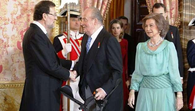 El rey Juan Carlos recibe el saludo del presidente del Gobierno, Mariano Rajoy, durante la tradicional recepción al cuerpo diplomático
