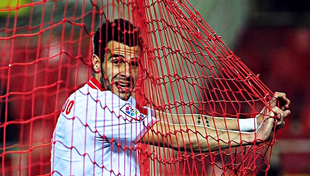 Álvaro Negredo se agarra a la red de la portería rival tras fallar una ocasión