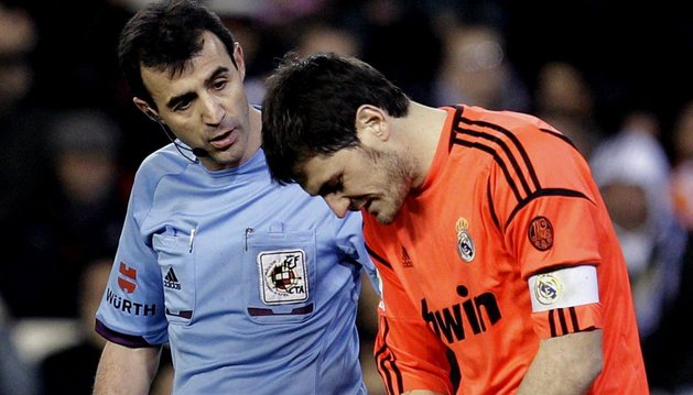 Iker Casillas, junto a Pérez Lasa, se duele de su mano lesionada